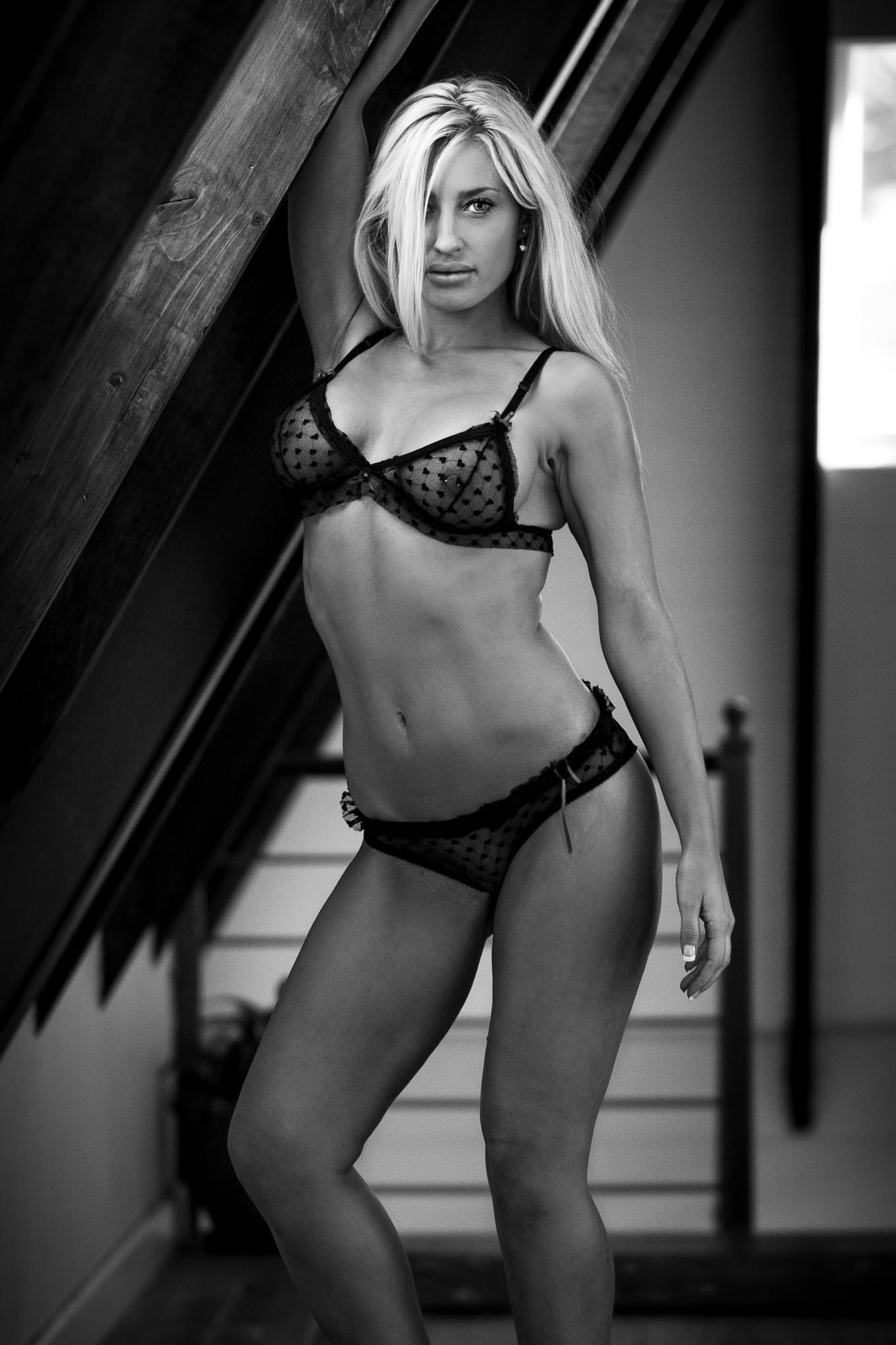 boudoir photography hallway black and white